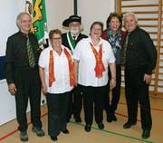 Fähnrich Walter Stamm, Sekretärin Gabriela Spring mit den Veteranen ihrer Chöre aus Sulgen. (Bild: PD)