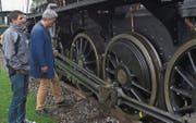 Prüfungsexperte Felix Heer wirft einen kritischen Blick unter den Heizkessel der Lokomotive C 5/6. (Bild: Fritz Heinze)