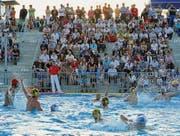 Das Finale am Samstagabend: Die Kreuzlinger Wasserballer in den weissen Badekappen besiegen Lugano deutlich. Die zahlreichen Fans auf der Tribüne freuten sich entsprechend. (Bilder: Daniela Ebinger)