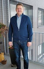 Ruedi Herzig bezog vor acht Jahren seine Wohnung. Und seitdem geht er jeden Morgen auf den Balkon. (Bild: Astrid Zysset)