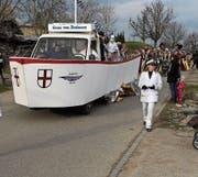 Gemäss dem Motto (T)raumschiff zogen die Fasnächtler durchs Dorf. Die Gugge Rhytüfeli sorgte für Musik (Bild: Martina Eggenberger)