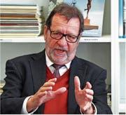 Unternehmer Walter Fust – Hauptaktionär der Starrag mit Hauptsitz in Rorschacherberg – in der Bibliothek Rorschach. (Bild: Fritz Bichsel)