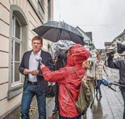 Jan Ullrich wird von etwa zwei Dutzend Journalisten vor dem Gerichtstermin in Weinfelden empfangen. (Bild: Thi My Lien Nguyen)
