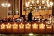 Der Konzertchor mit Kantor und Dirigent Cornelius Bader sowie den beiden Jodlern Martin Hersche und Annelies Huser. (Bild: Rudolf Steiner)