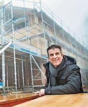 Leiter Martin Hengartner vor dem künftigen Zuhause der Wohngruppe Hof Brunnegg. (Bild: Andrea Stalder)