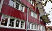 Eines der schönsten Häuser im Dorf: Der «Rote Hecht» ist ein Farbtupfer. (Bild: Peter Eggenberger)