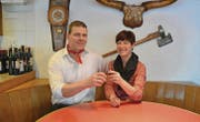 Annelies und Peter Sturzenegger stossen mit einem Gläschen «Appenzeller» auf den Serienstart an. (Bild: ker)