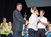 OSEW 2017: Vereinspräsident Kurt Baumann gratuliert Siegerin Fiona Saladin. (Bild: PD)