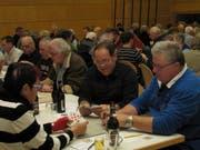 Die Teilnehmer sind konzentriert am Jassen. (Bild: Manuela Olgiati)