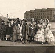 Eine Festgilde um 1924 vor dem Massivlagerhaus.