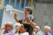 Mitinitiant Matthias Volkart vertritt an der Fischinger Gemeindeversammlung seinen Antrag für ein Jugendkonzept. (Bild: Rudolf Steiner)