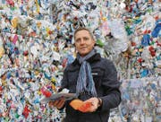 Innorecycling-Geschäftsführer Markus Tonner vor gebrauchten Kunststoffflaschen. (Bild: Hans Suter)