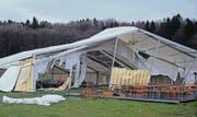 Ein Teil des Festzelts auf dem Motocross-Gelände wurde zerstört. Bis morgen soll der Ersatz fertig sein. (Bild: Markus Zahnd)