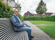 Auf dem Friedhof: Auf der Wiese hinter Stadtrat Franz Reithofer soll eine Gedenkstätte für Sternenkinder eingerichtet werden. (Bild: Andrea Stalder)