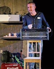 Kabarettist Simon Enzler erklärt einen elektrischen Insektenvernichter. (Bild: PD)