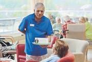 Die Arbeit mit betagten Menschen macht Christian Bundhun viel Freude. Er wirbt in der Curaviva-Informationskampagne für den Pflegeberuf. (Bild: Reto Martin)