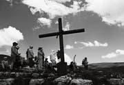 Mit Ausdauer und im Gebet auf dem Weg zu mehr Mitsprache von Frauen in der Kirche: Die Pilgergruppe macht Halt. (Bild: Cinegraph International)