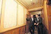 Nationalrat Hansjörg Walter staunt, während Emanuel Tanner von der Raiffeisenbank Diessenhofen durch die renovierte Villa führt.