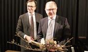 FDP-Präsident David H. Bon bedankt sich bei alt Nationalrat Hermann Hess für sein politisches Engagement. (Bild: Claudia Schumm)