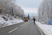 Damit Fussgänger den Wanderweg zum Gübsensee gefahrlos erreichen können, soll das geplante Trottoir bis nach der Kurve reichen. (Bild: ker)