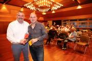 Marcel Fehr, scheidender Präsident des FC Goldach (rechts) und Roger Giger, sein Amtskollege vom FC Rorschach sind erfreut über die deutliche Zustimmung zur Fusion. (Bild: Rudolf Hirtl)