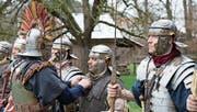 Jedes Detail muss stimmen: Zenturio Yves Rüttimann inspiziert die Kleidung der römischen Legionäre. (Bild: Andreas Taverner)