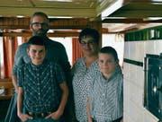 Käthi Frischknecht mit Ehemann Hännes und den beiden Söhnen Johannes (13 Jahre) und Beat (11). (Bild: Bruno Eisenhut)