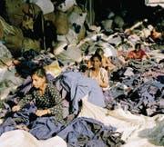 Der Zyklus der modernen Modeindustrie: Frauen in einem Recyclingcenter in Delhi sortieren Altkleider aus dem Westen, nicht wenige davon wurden einst in Indien billig produziert. (Bild: Tim Mitchell (Indien, 2005 ))
