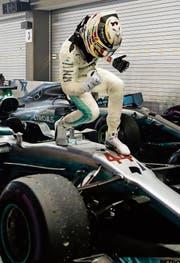 In Siegerpose: Lewis Hamilton nach seinem 60. Triumph in der Formel 1. (Bild: Lynn Bo Bo/EPA)