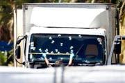 Der Lastwagen steht noch immer auf der Promenade des Anglais. (Bild: IAN LANGSDON (EPA))