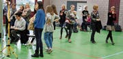 In der Sporthalle gab es Begegnungsmöglichkeiten mit den Schülern, die Besucher beispielsweise porträtierten. (Bild: Markus Bösch)