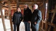Schlossherr Andi Angehrn, Architekt Thomas Kaczmarek und Vereinspräsident Bernhard Koch begutachten im westseitigen Wehrgang die Balkenkonstruktion. (Bild: Rita Kohn)