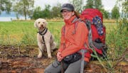 Schwer bepackt: Am Wochenende wanderte Ramona Bär mit ihrem Hund Loup den Bodensee entlang. (Bild: Daniela Ebinger)