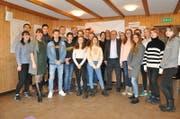 Beni Thurnheer inmitten der Teilnehmenden des Europäischen Jugendforum Trogen. (Bild: Simon Roth)