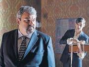 Der Bestatter und sein Gehilfe: Mike Müller und Reto Stalder. (Bild: SRF)