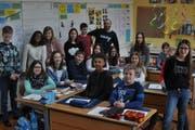 Schulprojekt für einen guten Zweck: Die 6. Klasse Buchserbach mit Klassenlehrer Alberto Söylemez. (Bild: Armando Bianco)