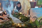 Therese Looser trägt in der Naturerlebnishütte eine Geschichte aus «Mooreule und Öhrli-Pötscher» vor. (Bild: Roger Fuchs)