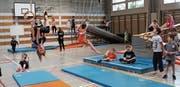 Turnende und spielende Wiler Schulkinder in der Klosterturnhalle. (Bild: PD)