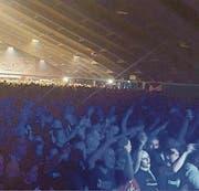 Hoch die Hände: Tausende Neonazis feierten am Samstagabend in der Tennishalle von Unterwasser ihre Bands und ihre Szene. (Bild: Antifa Bern, Gian Ehrenzeller/KEY)