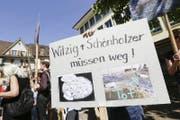 Tierschützer des Vereins gegen Tierfabriken (VgT) demonstrieren gegen Kantonstierarzt Paul Witzig und Regierungsrat Walter Schönholzer. Nun hat VgT-Präsident Erwin Kessler eine Strafanzeige gegen die beiden eingereicht. (Bild: Donato Caspari)