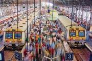 Viele indische Züge sind veraltet und häufig hoffnungslos überfüllt. (Bild: Tuul & Bruno Morandi (Photolibrary RM) (Mumbai, 31. Januar 2015))