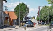 Eine Frau spaziert über die Lagerstrasse direkt vor dem Bahnhof Weinfelden – viele machen es heute so. Wie eine bessere Lösung in diesem und neuen weiteren Bereichen künftig aussehen könnte, soll ein neues Konzept zeigen. (Bild: Mario Testa)