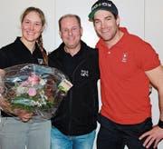 Junioren-Schweizer-Meisterin Lorina Zelger (links) und Olympiateilnehmer Jonas Lenherr (rechts) freuten sich über den würdigen Empfang durch Skiclubpräsident Manfred Hardegger und die Gamser Vereine sowie Behörden. (Bild: Ursina Marti)