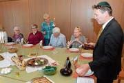 Beno Kehl (rechts) führte mit Pfarrer Leo Schenker durch den Pessach-Seder-Abend. (Bild: Christoph Heer)