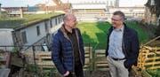 Die Stadträte Christoph Suter und Urs Oberholzer stehen am Ort, von wo sich die Brücke Richtung Hafen schwingt. (Bild: Markus Schoch)