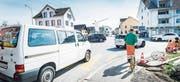 Von der Schulstrasse in die Hauptstrasse einzubiegen, braucht mehr Geduld als sonst. (Bild: Andrea Stalder)