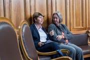 Vizefraktionschefin der CVP Viola Amherd und CVP-Ständerätin Anne Seydoux-Christe unterhalten sich im Bundeshaus. (Bild: Keystone)