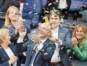 Fraktionsmitglieder der Grünen um Volker Beck jubeln über den Beschluss zur Ehe für alle. (Bild: Wolfgang Kumm/Keystone (Berlin, 30. Juni 2017))