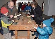 Konzentration bei der Herstellung der Beechüe unter den Rathausbögen in Appenzell. (Bilder: Roger Fuchs)