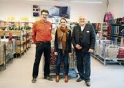 Markus Etter, Simona Pfister und Moritz Raymann im bereits eingerichteten Outlet. (Bild: Raphaela Roth)